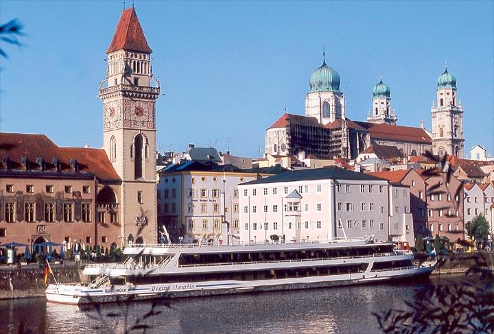 Rathausplatz mit Rathaus, Hotel Wilder Mann und Dom