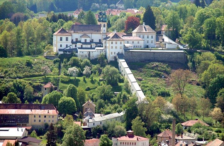 Kloster Maria Hilf hoch über dem Innufer
